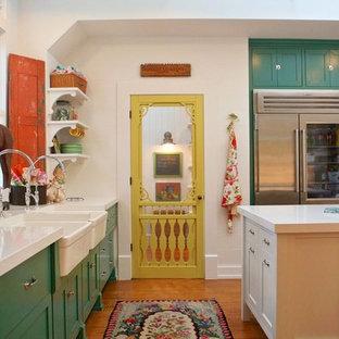 Exempel på ett lantligt kök, med en rustik diskho, skåp i shakerstil, gröna skåp, bänkskiva i kvarts, rostfria vitvaror, ljust trägolv och en köksö