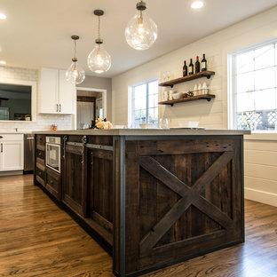 サンフランシスコの小さいカントリー風おしゃれなキッチン (シェーカースタイル扉のキャビネット、濃色木目調キャビネット、クオーツストーンカウンター、白いキッチンパネル、サブウェイタイルのキッチンパネル) の写真