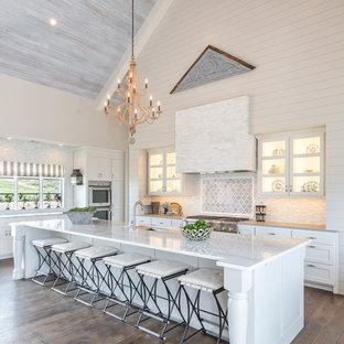 Farmhouse kitchen photos - Example of a country kitchen design in Austin