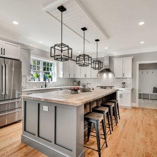 ボストンのカントリー風おしゃれなキッチン (シェーカースタイル扉のキャビネット、白いキャビネット、木材カウンター、白いキッチンパネル、シルバーの調理設備、無垢フローリング、茶色い床、ベージュのキッチンカウンター) の写真