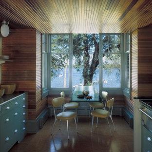Esempio di una cucina classica con lavello a vasca singola, ante lisce, ante turchesi, top in acciaio inossidabile, paraspruzzi con piastrelle in ceramica, elettrodomestici in acciaio inossidabile e pavimento in sughero