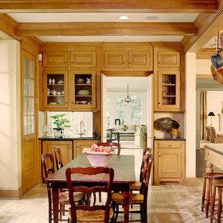 Foto de cocina campestre con armarios con paneles con relieve y puertas de armario de madera oscura