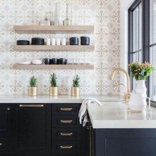 コロンバスの中サイズのカントリー風おしゃれなL型キッチン (青いキャビネット、珪岩カウンター、白いキッチンパネル、モザイクタイルのキッチンパネル、シルバーの調理設備、ライムストーンの床、アイランドなし、白い床、白いキッチンカウンター、シングルシンク) の写真