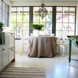 サンフランシスコの中サイズのコノ字型カントリー調の独立型キッチンの画像 (エプロンフロントシンク、シェーカースタイル扉のキャビネット、白いキャビネット、大理石カウンター、グレーのキッチンパネル、石スラブのキッチンパネル、シルバーの調理設備、淡色無垢フローリング、アイランドなし)