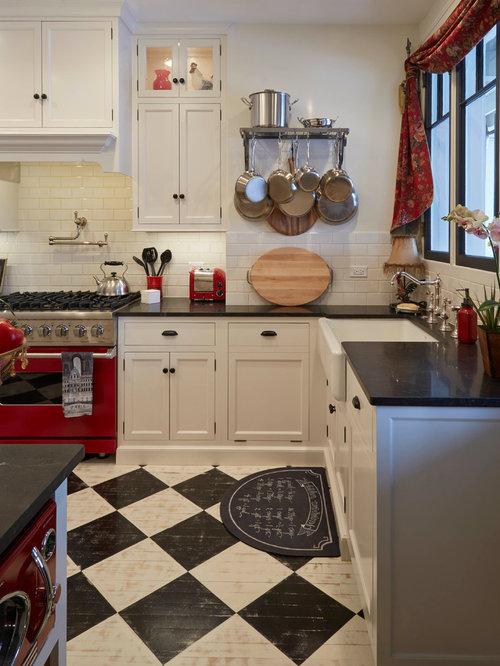 Cucina in campagna con pavimento in legno verniciato for Casa stile shaker