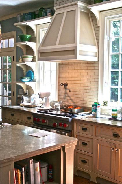 Traditional Kitchen by lynn-anne bruns