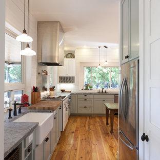 オースティンのカントリー風おしゃれなキッチン (シルバーの調理設備、エプロンフロントシンク、ソープストーンカウンター) の写真