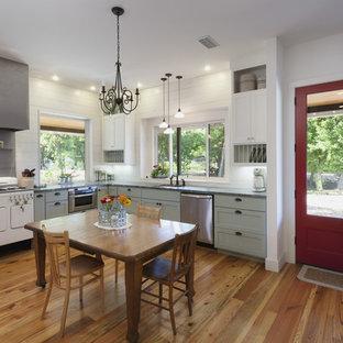 オースティンのカントリー風おしゃれなダイニングキッチン (白い調理設備、緑のキャビネット、シェーカースタイル扉のキャビネット) の写真