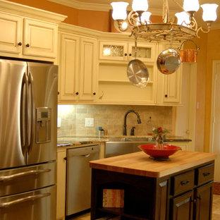 オースティンのカントリー風おしゃれなアイランドキッチンの写真