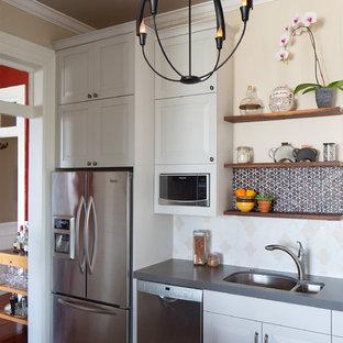 Inspiration för ett mellanstort, avskilt lantligt l-kök, med en undermonterad diskho, luckor med upphöjd panel, vita skåp, bänkskiva i kvarts, stänkskydd i keramik, rostfria vitvaror, korkgolv, en halv köksö, flerfärgad stänkskydd och brunt golv
