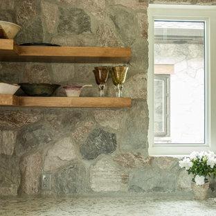バンクーバーのカントリー風おしゃれなキッチン (オープンシェルフ、中間色木目調キャビネット、石スラブのキッチンパネル、シルバーの調理設備の、コンクリートの床) の写真