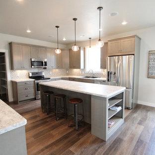 他の地域の中サイズのカントリー風おしゃれなキッチン (ドロップインシンク、フラットパネル扉のキャビネット、グレーのキャビネット、ラミネートカウンター、グレーのキッチンパネル、モザイクタイルのキッチンパネル、シルバーの調理設備の、クッションフロア) の写真
