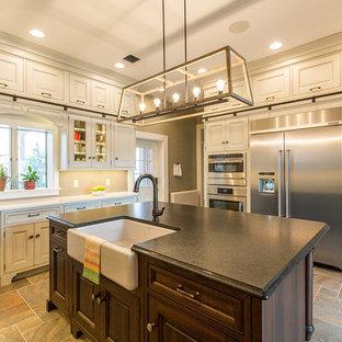 他の地域の中くらいのトラディショナルスタイルのおしゃれなキッチン (エプロンフロントシンク、レイズドパネル扉のキャビネット、グレーのキャビネット、クオーツストーンカウンター、石タイルのキッチンパネル、シルバーの調理設備、セラミックタイルの床、マルチカラーの床) の写真