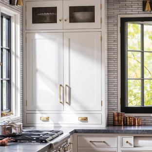 ニューヨークの中サイズのカントリー風おしゃれなキッチン (アンダーカウンターシンク、シェーカースタイル扉のキャビネット、グレーのキャビネット、御影石カウンター、グレーのキッチンパネル、モザイクタイルのキッチンパネル、カラー調理設備、淡色無垢フローリング、茶色い床) の写真