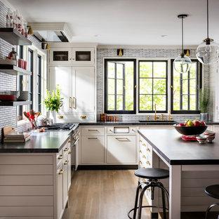 Idéer för ett mellanstort lantligt kök, med en undermonterad diskho, skåp i shakerstil, grå skåp, granitbänkskiva, grått stänkskydd, stänkskydd i mosaik, färgglada vitvaror, ljust trägolv, en köksö och brunt golv