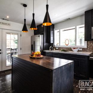 Стильный дизайн: параллельная кухня среднего размера в стиле модернизм с обеденным столом, врезной раковиной, фасадами в стиле шейкер, темными деревянными фасадами, столешницей из бетона, фартуком цвета металлик, фартуком из металлической плитки, техникой из нержавеющей стали, полом из бамбука, островом, серым полом и серой столешницей - последний тренд