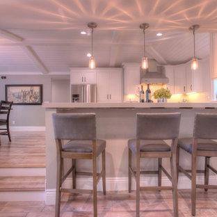 サンフランシスコの中サイズのカントリー風おしゃれなキッチン (シングルシンク、フラットパネル扉のキャビネット、白いキャビネット、クオーツストーンカウンター、白いキッチンパネル、セラミックタイルのキッチンパネル、シルバーの調理設備の、無垢フローリング、グレーの床) の写真