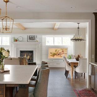 ミネアポリスのカントリー風おしゃれなキッチン (アンダーカウンターシンク、シェーカースタイル扉のキャビネット、濃色木目調キャビネット、ベージュキッチンパネル、レンガのキッチンパネル、無垢フローリング、茶色い床、ベージュのキッチンカウンター) の写真
