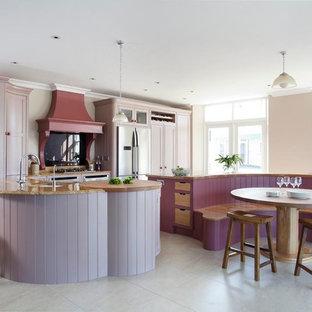 Foto di una grande cucina abitabile tradizionale con ante con riquadro incassato, ante viola, paraspruzzi nero, paraspruzzi con lastra di vetro e isola