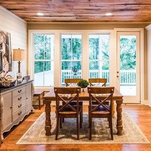 Exempel på ett mellanstort lantligt flerfärgad flerfärgat kök, med en rustik diskho, luckor med infälld panel, vita skåp, granitbänkskiva, vitt stänkskydd, stänkskydd i tunnelbanekakel, rostfria vitvaror, mellanmörkt trägolv, en köksö och brunt golv