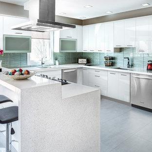 Inspiration för mellanstora moderna kök, med en undermonterad diskho, släta luckor, vita skåp, bänkskiva i terrazo, grönt stänkskydd, stänkskydd i glaskakel, rostfria vitvaror, betonggolv, en halv köksö och grått golv
