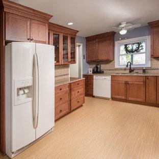 Idee per una cucina ad U chic chiusa e di medie dimensioni con lavello sottopiano, ante in stile shaker, ante in legno bruno, top alla veneziana, paraspruzzi beige, paraspruzzi con piastrelle in ceramica, elettrodomestici bianchi, pavimento in bambù, nessuna isola e pavimento beige