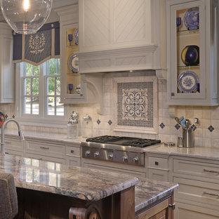 アトランタの中くらいのトラディショナルスタイルのおしゃれなキッチン (エプロンフロントシンク、シェーカースタイル扉のキャビネット、白いキャビネット、珪岩カウンター、白いキッチンパネル、セラミックタイルのキッチンパネル、パネルと同色の調理設備、無垢フローリング) の写真