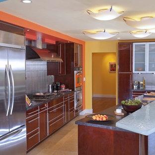 Immagine di una cucina design con ante lisce, elettrodomestici in acciaio inossidabile, ante marroni, paraspruzzi a effetto metallico e paraspruzzi con piastrelle di metallo