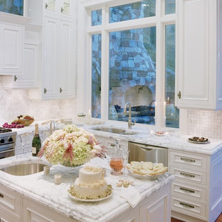 Foto på ett shabby chic-inspirerat l-kök, med rostfria vitvaror, en undermonterad diskho, luckor med upphöjd panel, vita skåp, vitt stänkskydd, marmorbänkskiva och stänkskydd i marmor