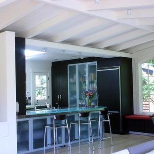 Esempio di una cucina ad ambiente unico design con ante di vetro, ante marroni, top in vetro e elettrodomestici da incasso