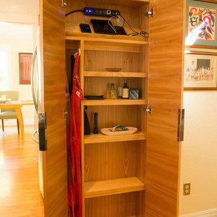 Idéer för att renovera ett mellanstort vintage kök, med en undermonterad diskho, släta luckor, skåp i mellenmörkt trä, bänkskiva i kvartsit, vitt stänkskydd, stänkskydd i keramik, rostfria vitvaror, mellanmörkt trägolv och en köksö