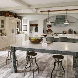 Foto på ett stort vintage flerfärgad kök, med en rustik diskho, luckor med profilerade fronter, vita skåp, bänkskiva i kvartsit, beige stänkskydd, stänkskydd i skiffer, rostfria vitvaror, klinkergolv i porslin, flera köksöar och grått golv