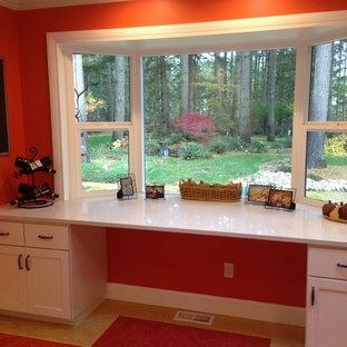 Moderne Wohnküche in L-Form mit Doppelwaschbecken, Schrankfronten im Shaker-Stil, beigen Schränken, Quarzwerkstein-Arbeitsplatte, Küchenrückwand in Rot, Rückwand aus Mosaikfliesen, Küchengeräten aus Edelstahl, Linoleum, Kücheninsel und beigem Boden in Seattle