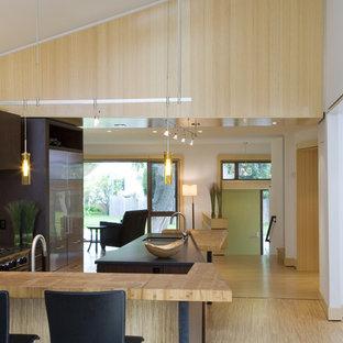 На фото: кухня в стиле модернизм с столешницей из дерева с