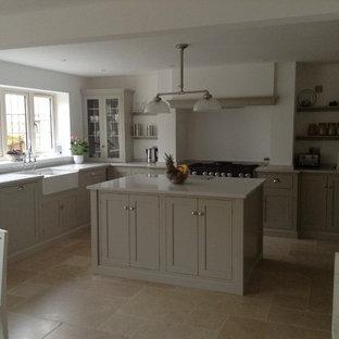 Große Moderne Wohnküche in U-Form mit Schrankfronten im Shaker-Stil, grauen Schränken, Marmor-Arbeitsplatte, Kalkstein und Kücheninsel in Sonstige