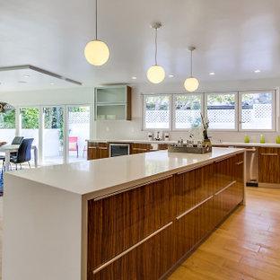 ロサンゼルスの大きいエクレクティックスタイルのおしゃれなキッチン (ダブルシンク、ガラス扉のキャビネット、濃色木目調キャビネット、コンクリートカウンター、マルチカラーのキッチンパネル、セラミックタイルのキッチンパネル、シルバーの調理設備、塗装フローリング、ベージュの床、白いキッチンカウンター) の写真