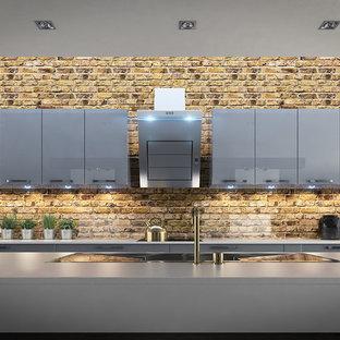 他の地域のインダストリアルスタイルのおしゃれなキッチン (アンダーカウンターシンク、フラットパネル扉のキャビネット、グレーのキャビネット) の写真