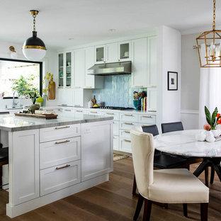 Offene, Mittelgroße Klassische Küche in U-Form mit Unterbauwaschbecken, Schrankfronten im Shaker-Stil, weißen Schränken, Quarzit-Arbeitsplatte, Küchenrückwand in Blau, Rückwand aus Keramikfliesen, braunem Holzboden, Kücheninsel und grüner Arbeitsplatte in San Francisco