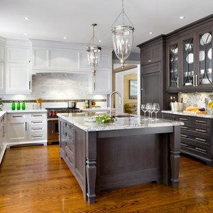 Foto de cocina en U, tradicional renovada, cerrada, con fregadero de doble seno, armarios estilo shaker, puertas de armario blancas, salpicadero blanco y electrodomésticos con paneles