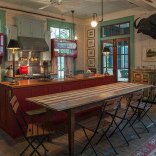 マイアミのシャビーシック調のおしゃれなダイニングキッチン (シェーカースタイル扉のキャビネット、赤いキャビネット、木材カウンター、シルバーの調理設備の) の写真
