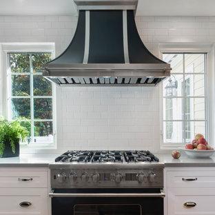 ボストンの中サイズのトラディショナルスタイルのおしゃれなL型キッチン (落し込みパネル扉のキャビネット、白いキャビネット、クオーツストーンカウンター、白いキッチンパネル、セラミックタイルのキッチンパネル、カラー調理設備) の写真