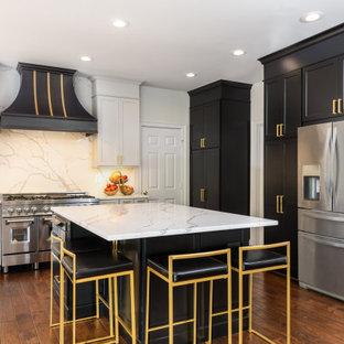 Klassische Küche mit Schrankfronten im Shaker-Stil, schwarzen Schränken, Marmor-Arbeitsplatte, bunter Rückwand, Rückwand aus Marmor, Küchengeräten aus Edelstahl, braunem Holzboden, Kücheninsel, braunem Boden und bunter Arbeitsplatte in Washington, D.C.