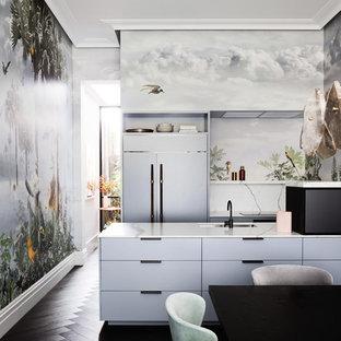 メルボルンのエクレクティックスタイルのおしゃれなキッチン (アンダーカウンターシンク、フラットパネル扉のキャビネット、グレーのキャビネット、パネルと同色の調理設備、濃色無垢フローリング、黒い床、白いキッチンカウンター) の写真