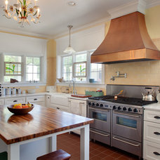 Farmhouse Kitchen by Morningside Architects LLP