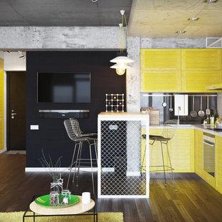 Idéer för små industriella kök, med mörkt trägolv