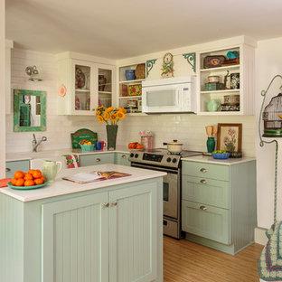 Esempio di una piccola cucina country con lavello stile country, ante di vetro, ante blu, top in quarzo composito, paraspruzzi bianco, paraspruzzi con piastrelle in ceramica, elettrodomestici in acciaio inossidabile, pavimento in bambù e isola