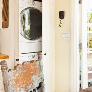 ロサンゼルスのシャビーシック調のおしゃれなキッチン (シェーカースタイル扉のキャビネット、白いキャビネット、エプロンフロントシンク、木材カウンター、緑のキッチンパネル、セラミックタイルのキッチンパネル、シルバーの調理設備) の写真