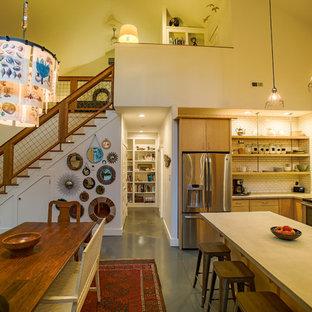 ローリーの小さいカントリー風おしゃれなキッチン (フラットパネル扉のキャビネット、淡色木目調キャビネット、コンクリートカウンター) の写真