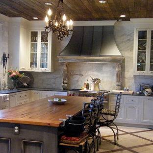 バーミングハムのトラディショナルスタイルのおしゃれなキッチン (ガラス扉のキャビネット、木材カウンター) の写真