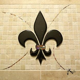 ヒューストンの中サイズのヴィクトリアン調のおしゃれなキッチン (ベージュキッチンパネル、モザイクタイルのキッチンパネル、トラバーチンの床) の写真